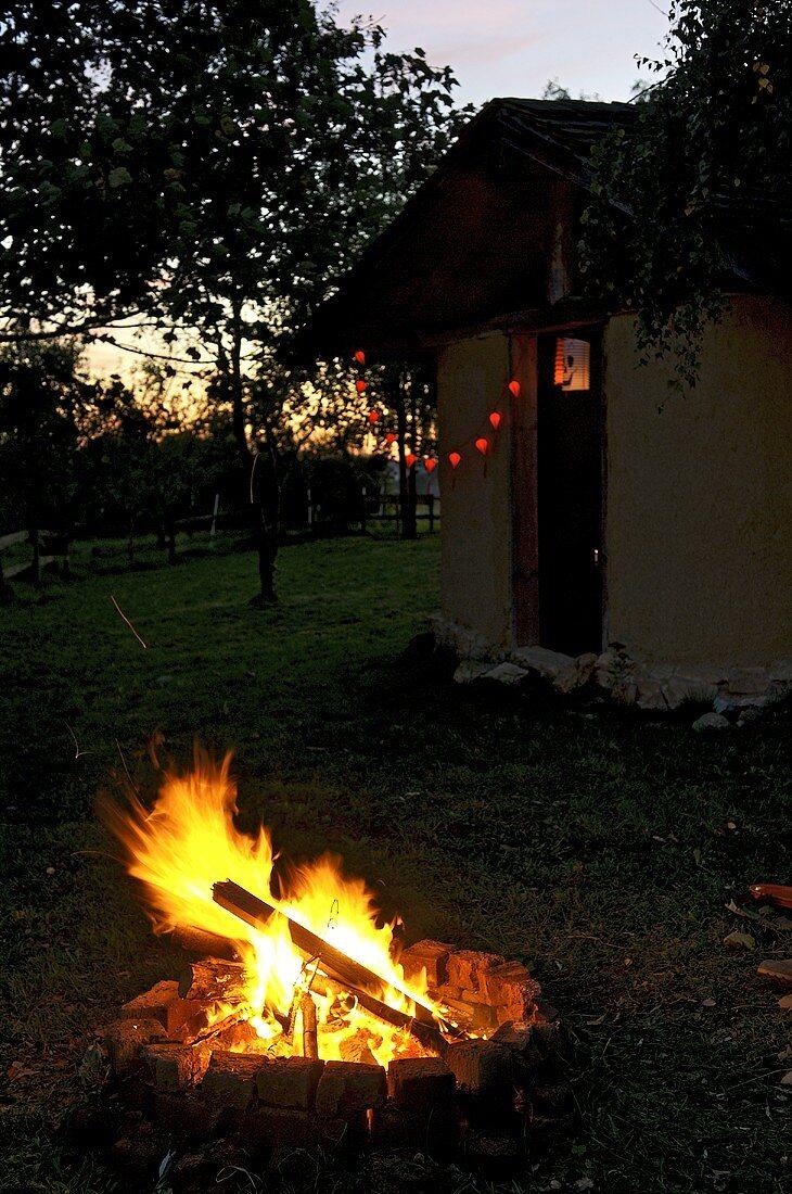 Lagerfeuer in der Abenddämmerung