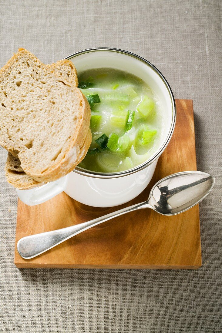 Creamed leek soup with bread and spoon