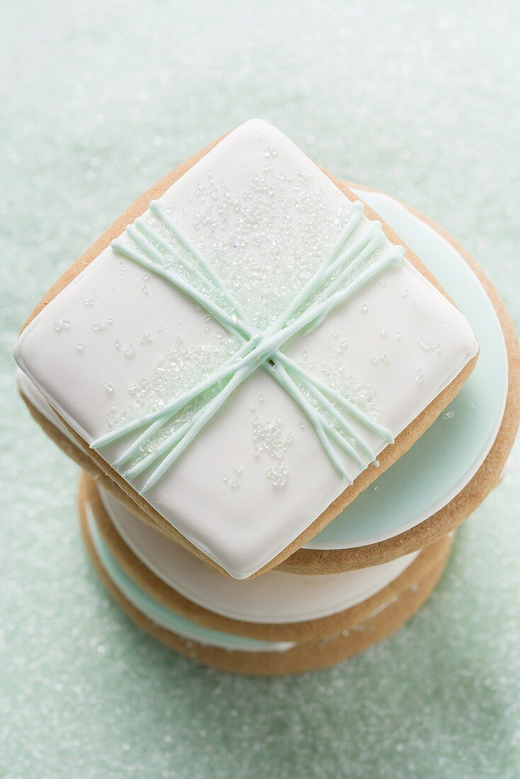 A pile of biscuits and pastel-coloured sugar (close-up)