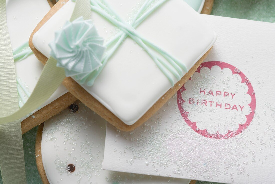 Biscuits decorated as gifts and birthday card (close-up)