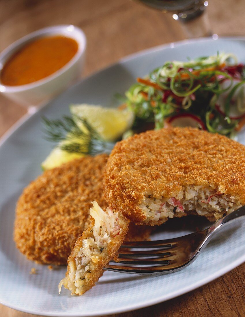 Crab cakes with salad (close-up)