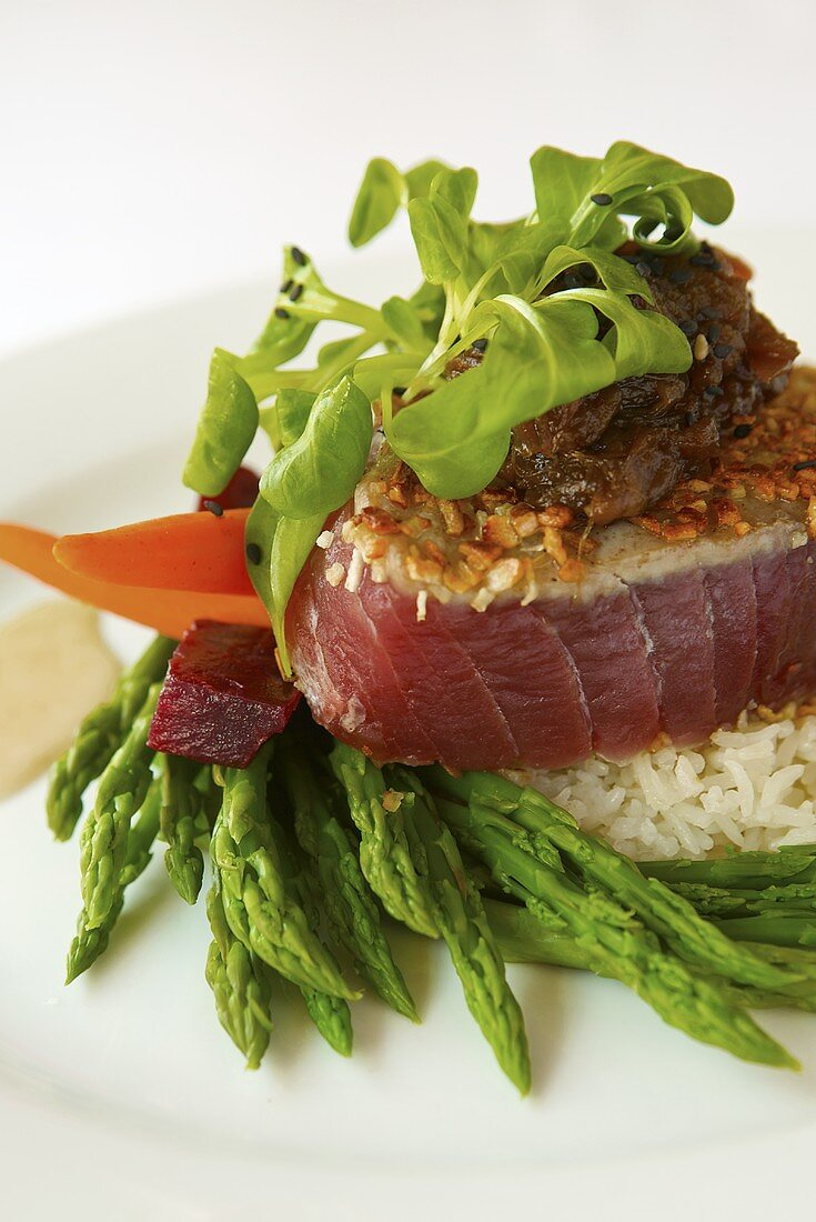 Gebratener Thunfisch mit Sesam auf Spargel und Reis