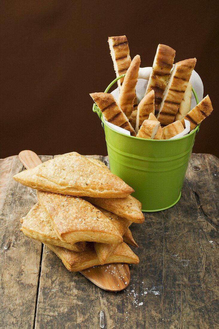 Triangular puff pastry pasties and grilled pizza bread