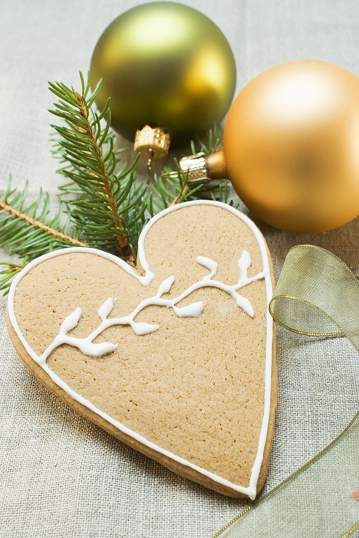 Gingerbread heart decorated with icing (for Christmas)