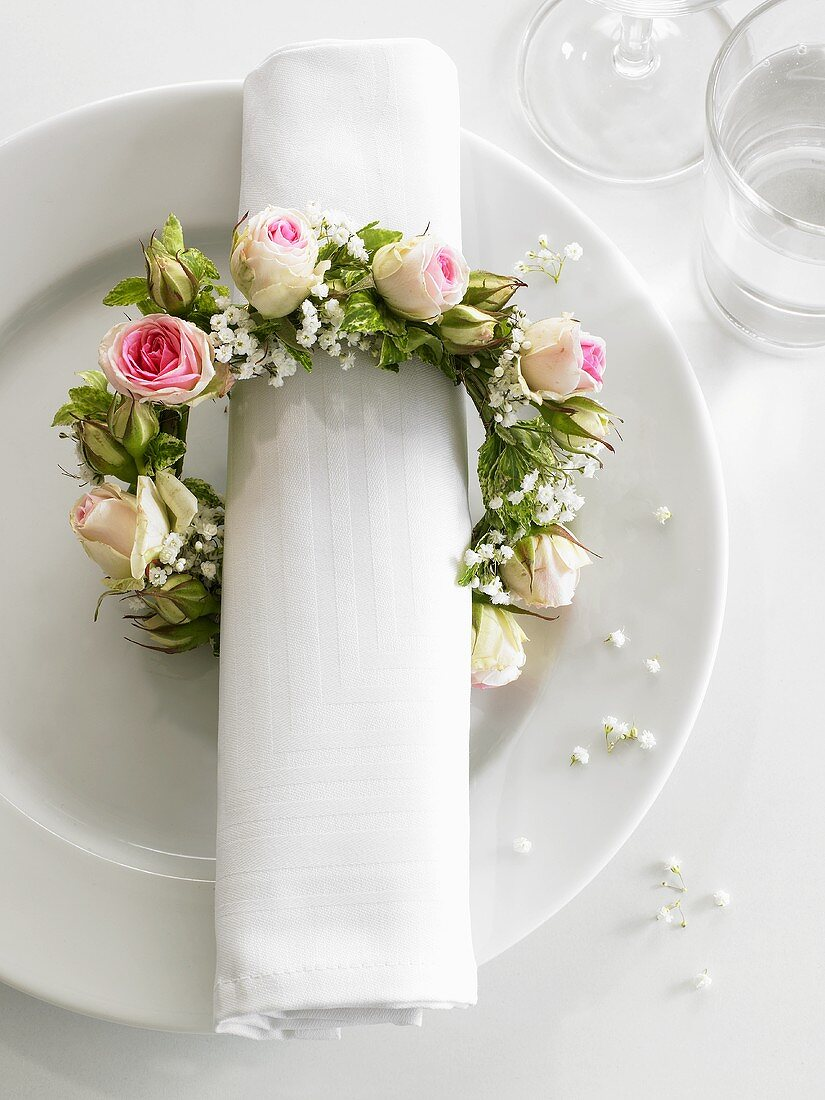 Napkin wreath of roses and baby's breath