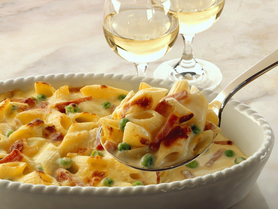Pasta gratin with ham and peas