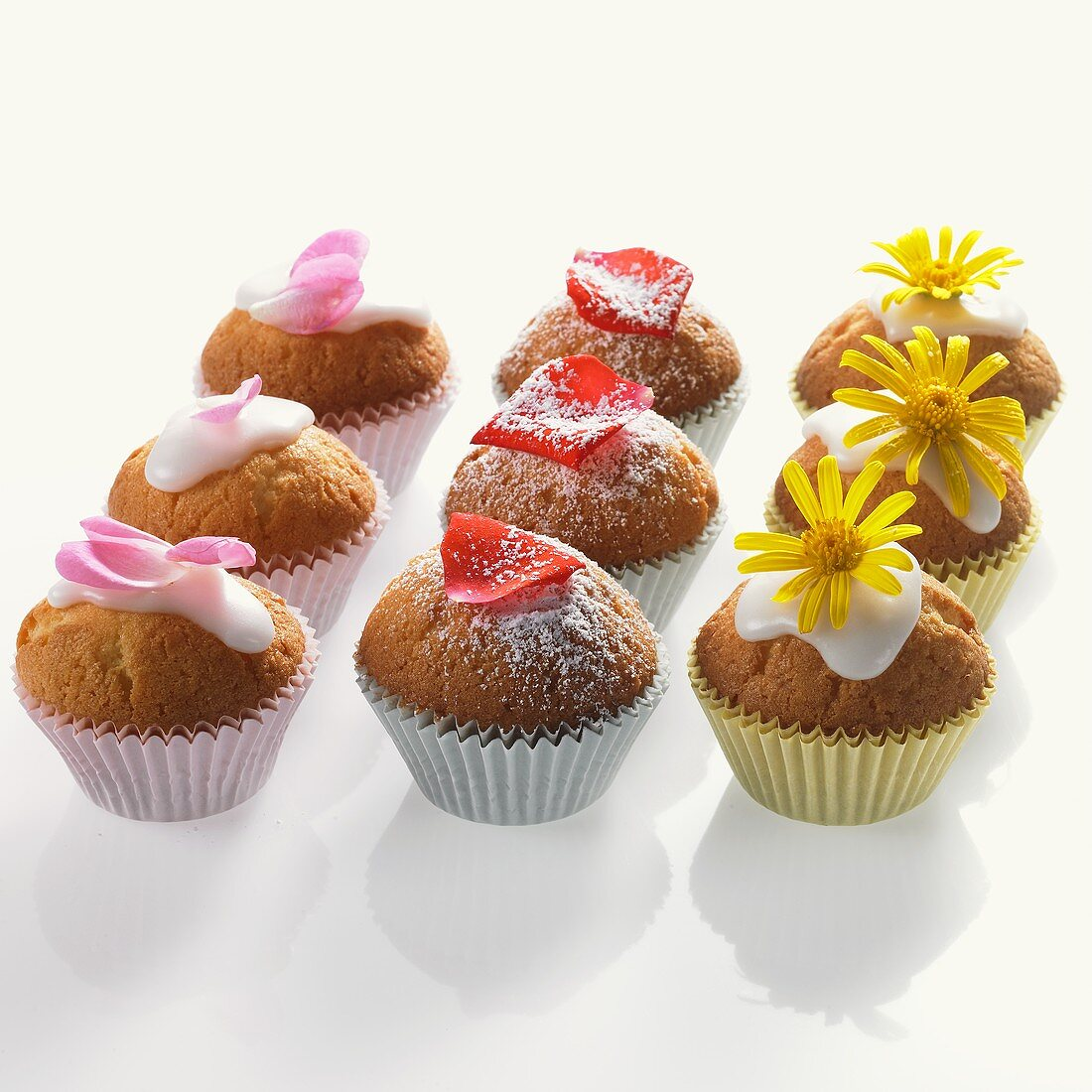 Mini-muffins with edible flowers