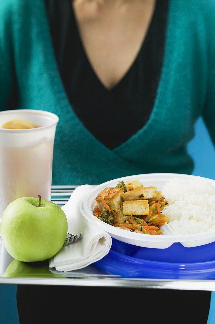 Stir-fried vegetables with tofu, iced tea and apple