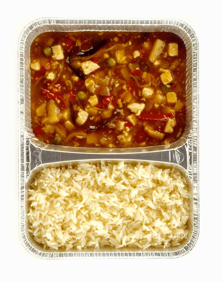 Chicken in pepper and vegetable sauce and rice
