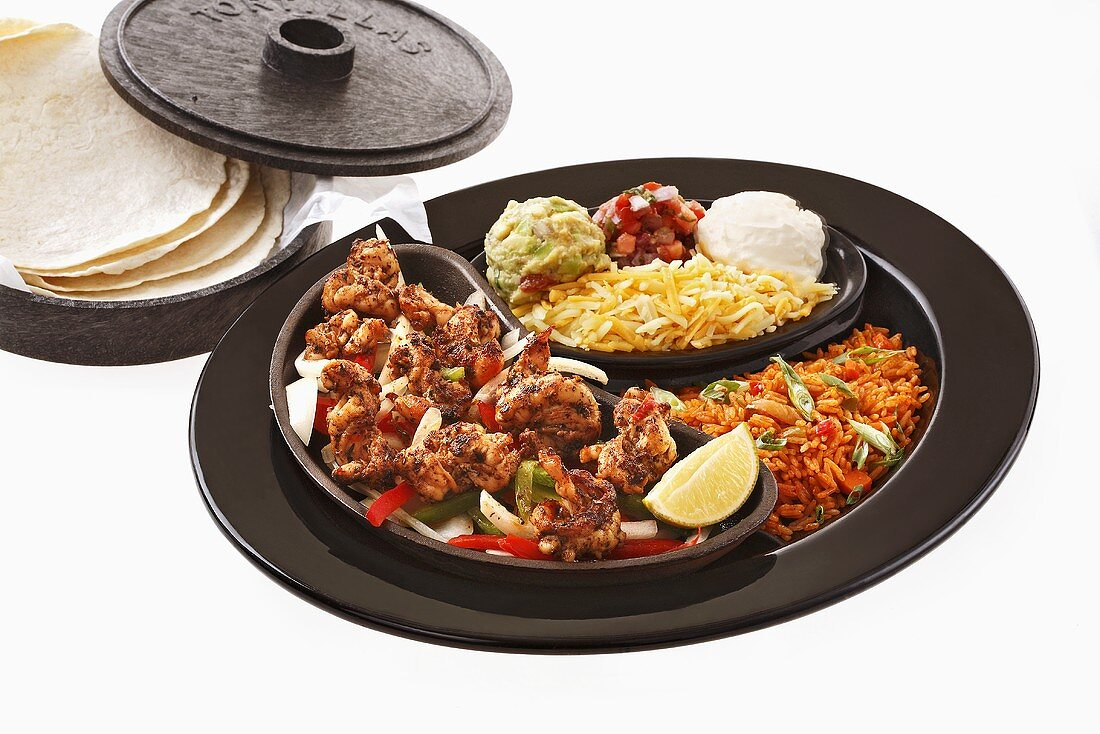 Prawn fajita with accompaniments and tortillas