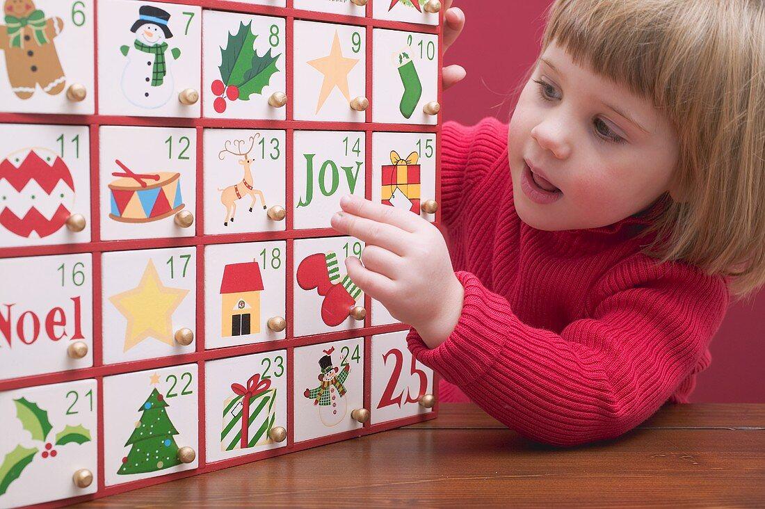 Kleines Mädchen mit Adventskalender