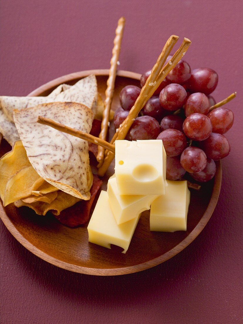 Cubes of cheese with grapes and nibbles