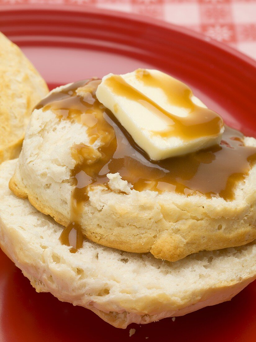 Scone with butter and gravy (US biscuit)