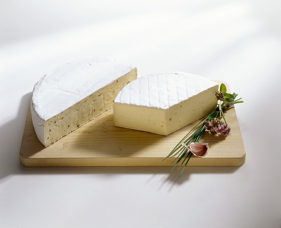 Rahmkäse cheese with and without herbs, Allgäu