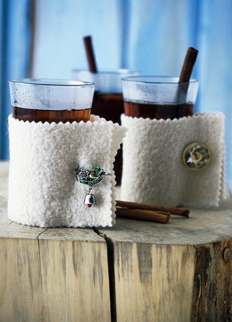 Tee in Gläsern mit weissen Lodenmanschetten
