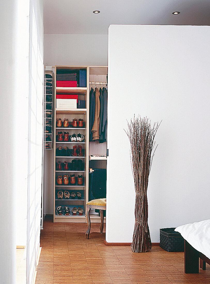 Trennwand In Weiss Zw Schlafzimmer Und Bild Kaufen 10163392 Seasons Agency