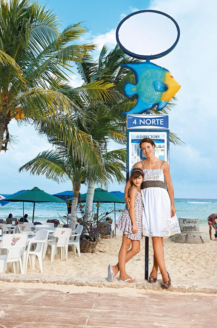 Strandmode: Mutter und Tochter am Strand in Baumwollkleidern