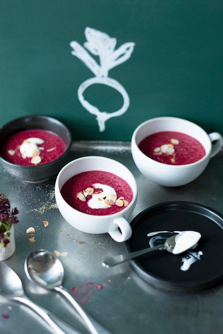 Rote-Bete-Cremesuppe in kleinen Suppentassen