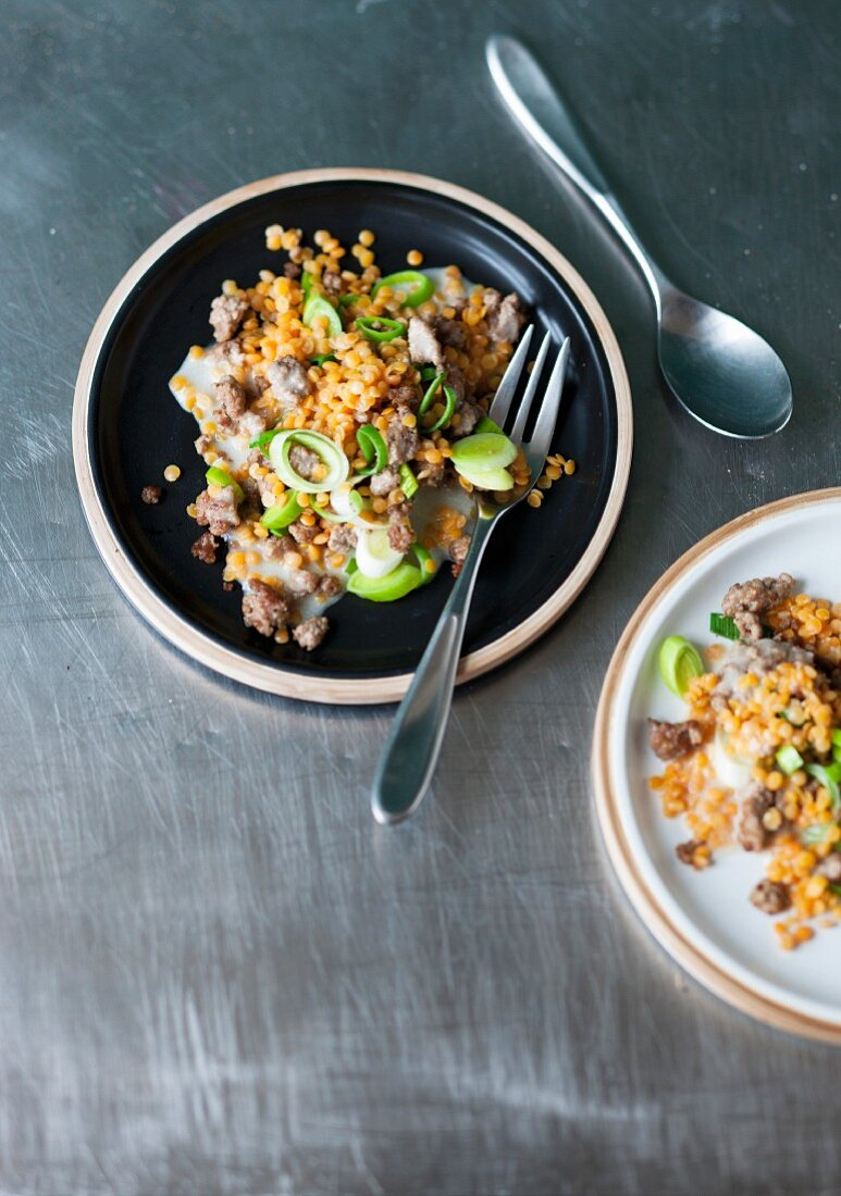 Lentil stew with leek and cinnamon minced meat