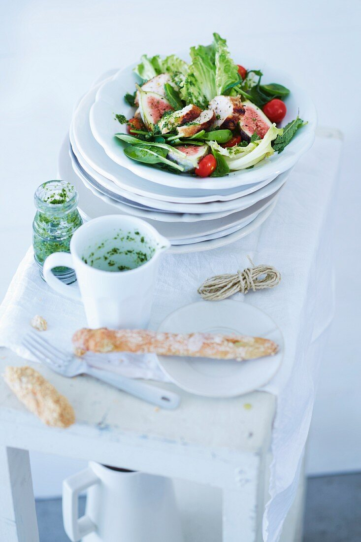 A summery salad with figs and chicken breast