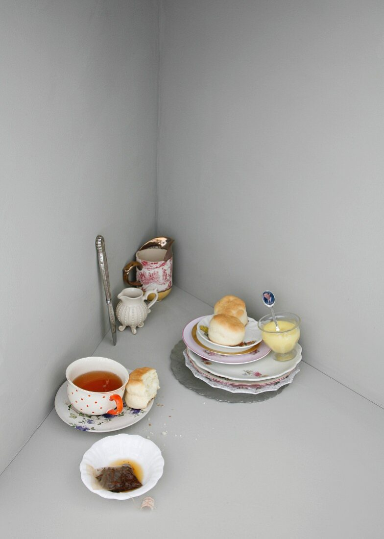 An image representing English cuisine, with scones and tea