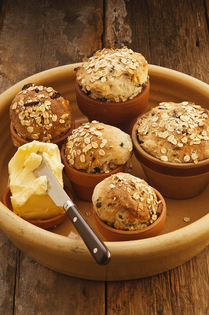 Flowerpot bread with dried fruit and oats
