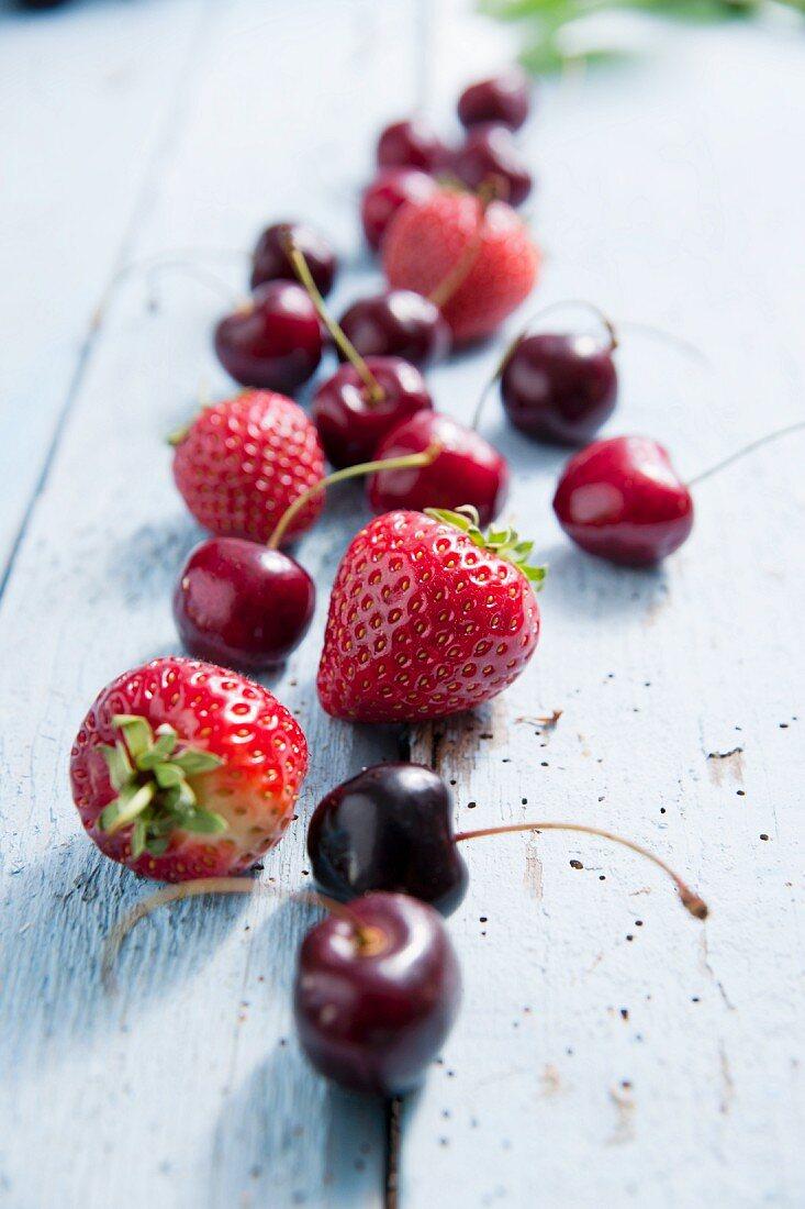 Frische Kirschen und Erdbeeren