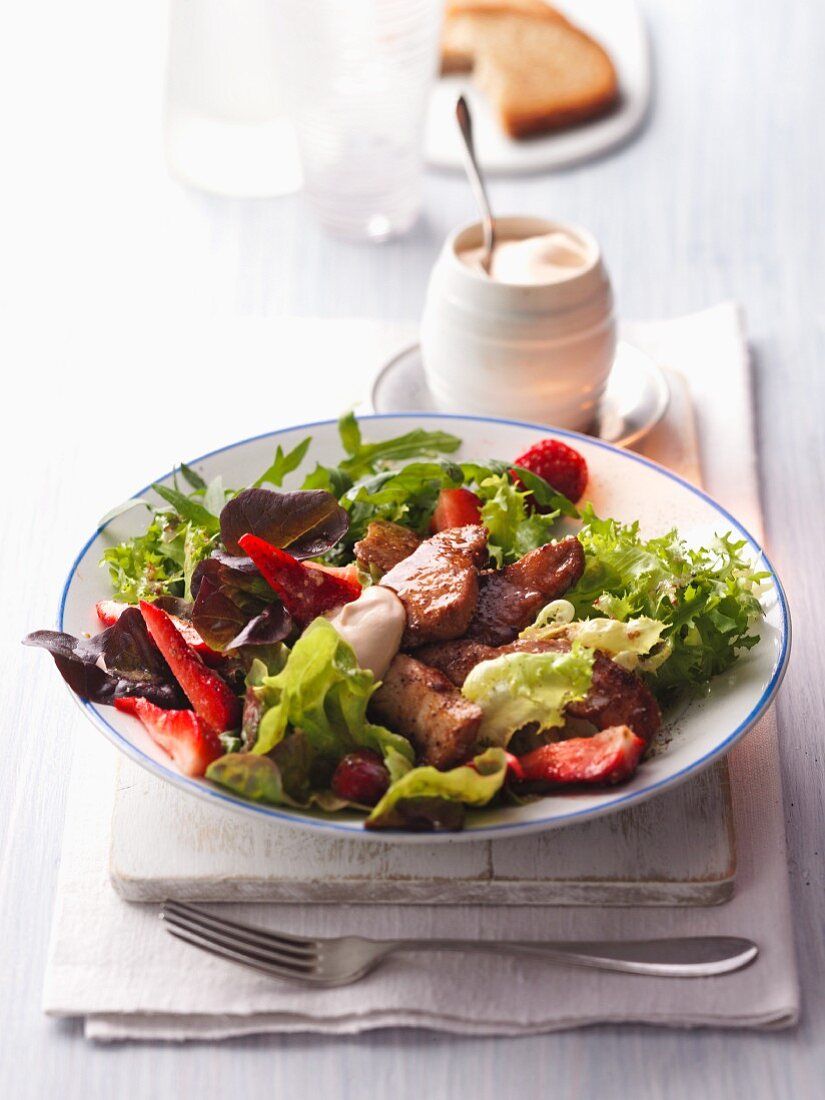 A colourful salad with crispy chicken strips