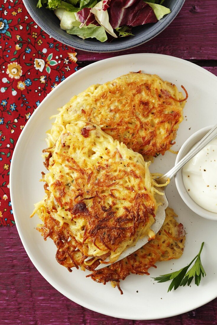Pasta cakes with bacon and egg