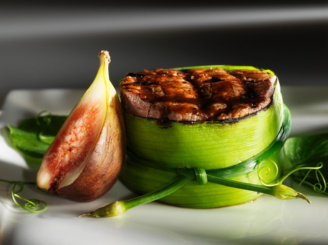 Beefsteak wrapped in leek with balsamic syrup and figs