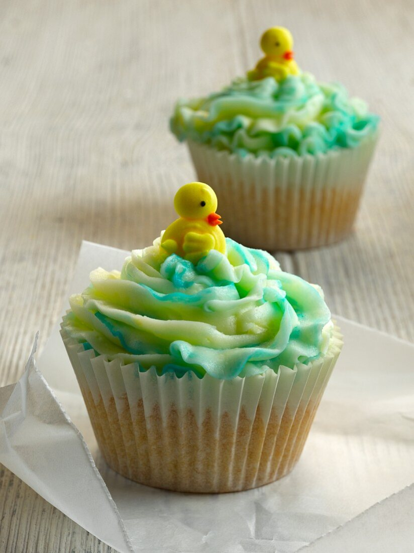 Cupcakes decorated with fondant chicks