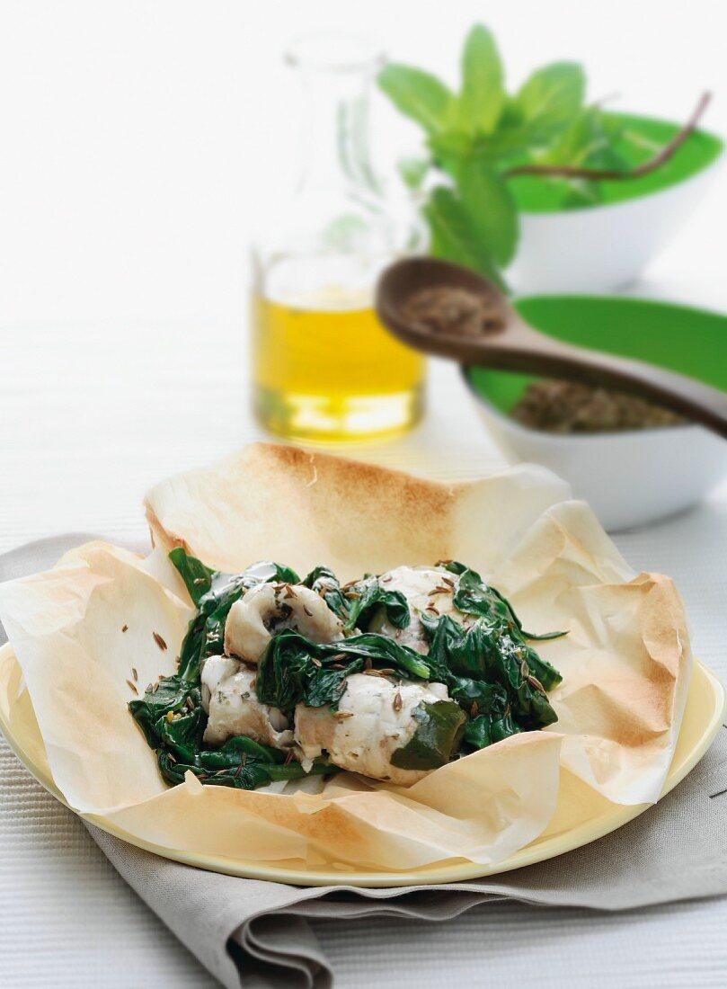 Rotolini di spigola con gli spinaci (Seebarsch mit Spinat)