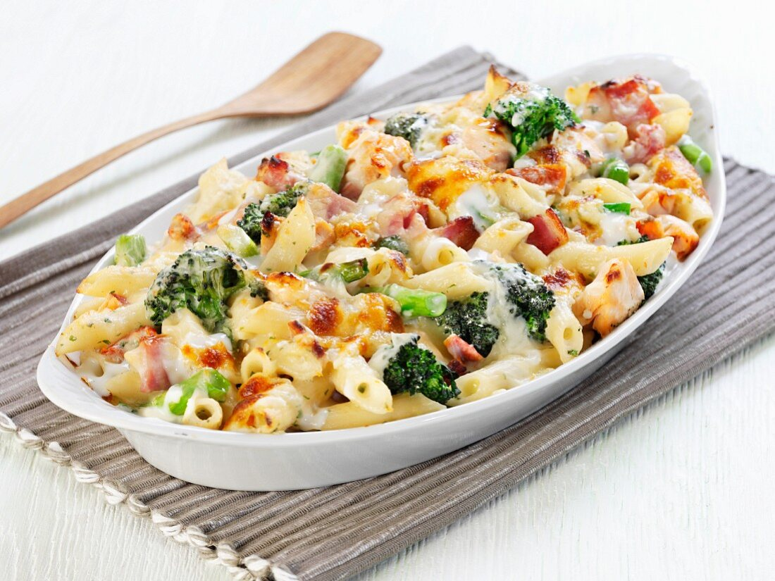 Pasta bake with broccoli and ham