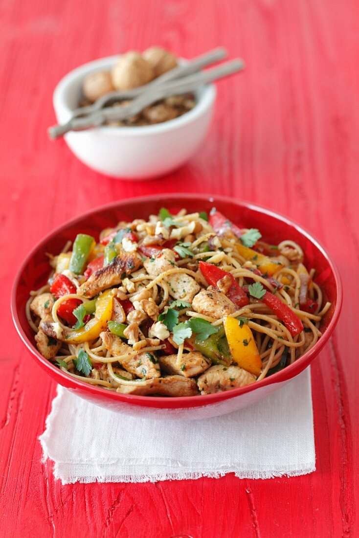 Wholemeal spaghetti with turkey, peppers, parsley and walnuts