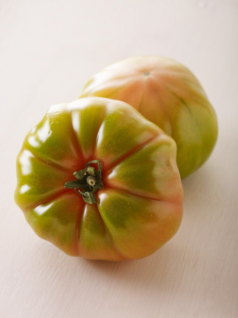 Two tomatoes of the variety 'Evergreen'
