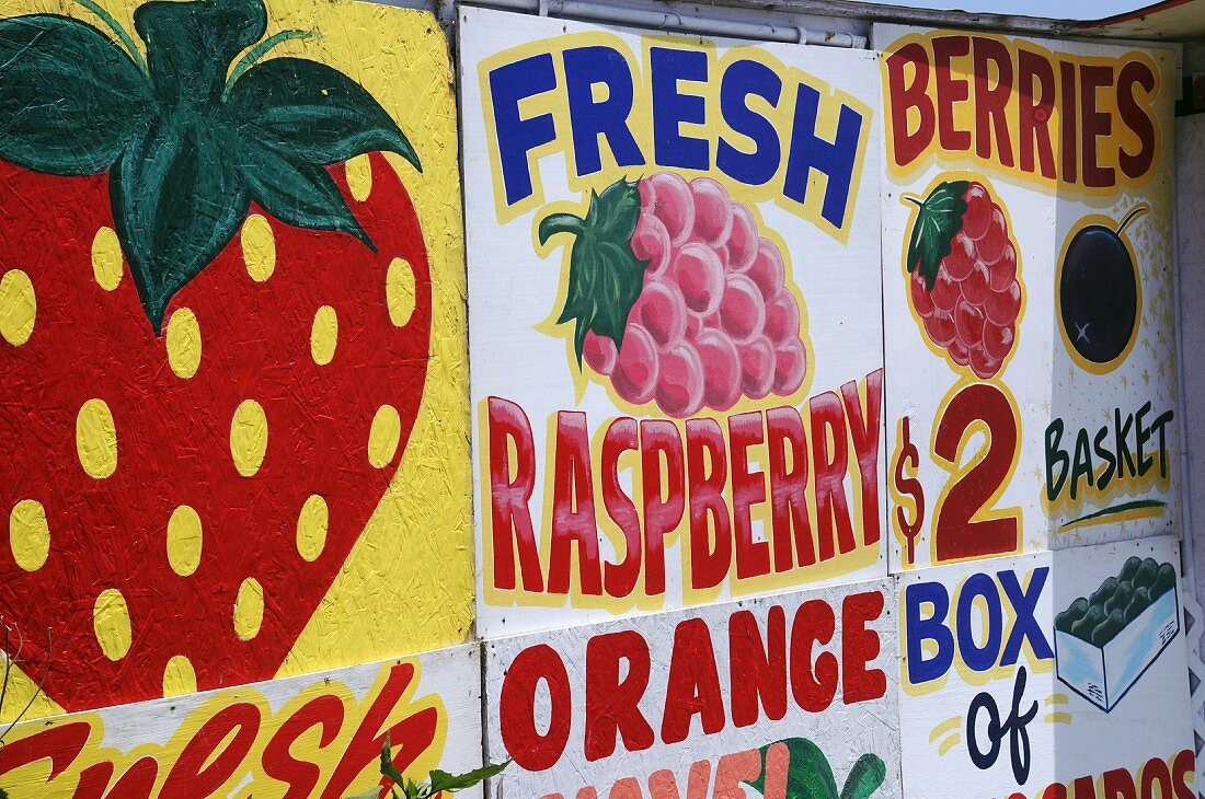 Advertising boards at a fruit stall in California (USA)