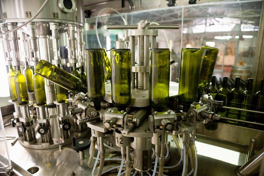 Wein wird in Flaschen abgefüllt