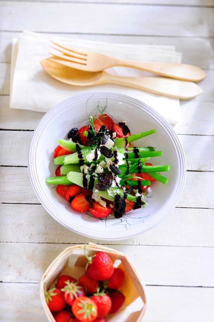 Strawberry and fennel salad with black olives and balsamic vinegar