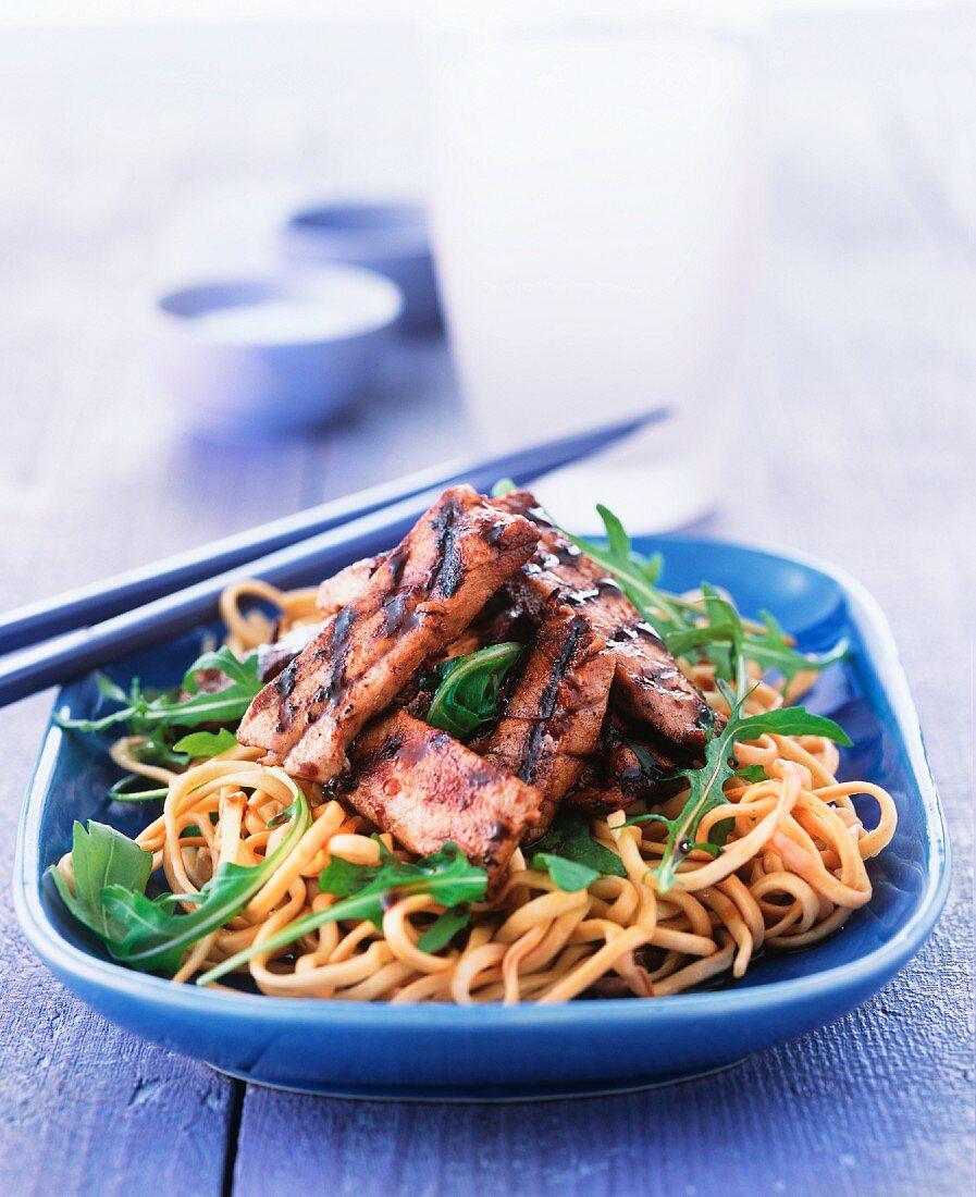 Schweinefleisch mit Soja und Knoblauch auf Nudeln (Asien)