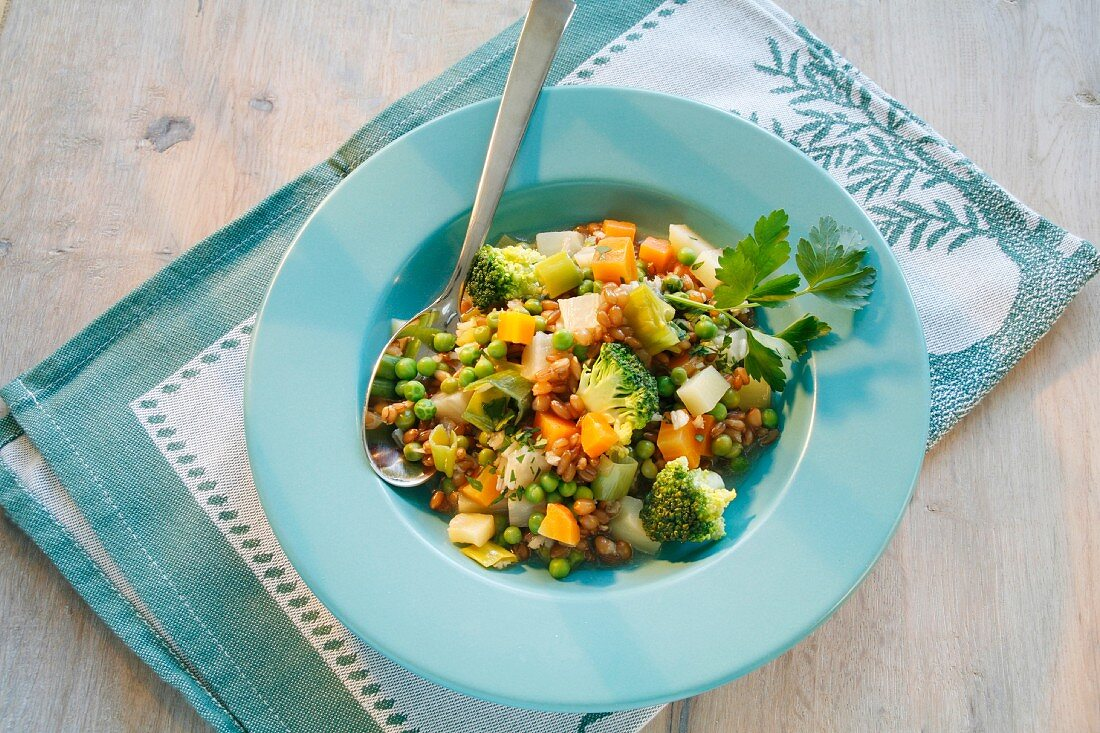 Grain stew with broccoli, carrots and peas
