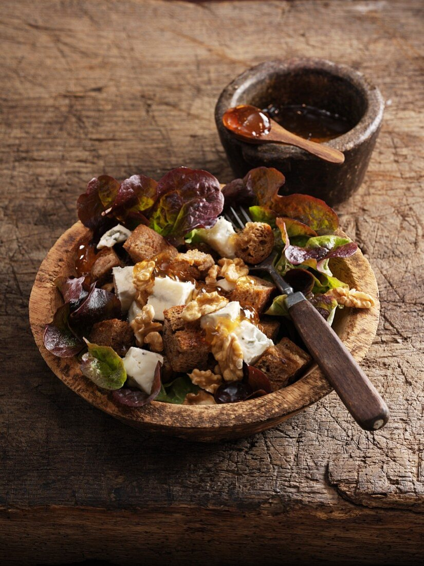 Bread salad with Gorgonzola, walnuts and quince jelly