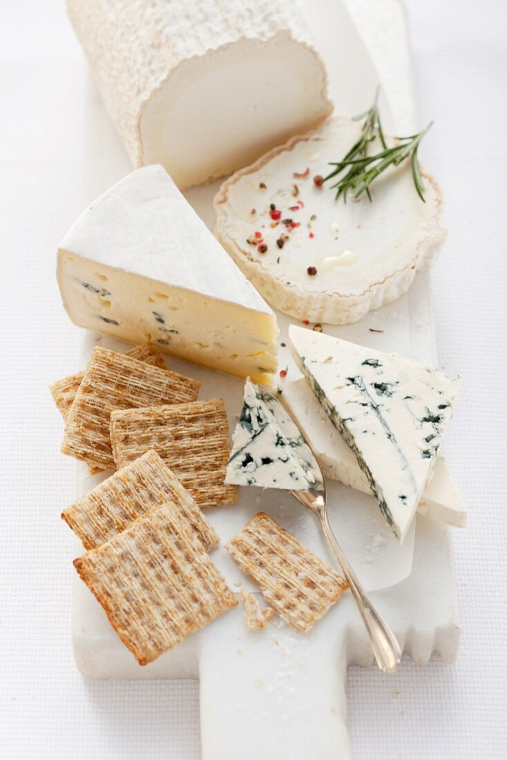 Goat's cheese and blue cheese with crackers and rosemary