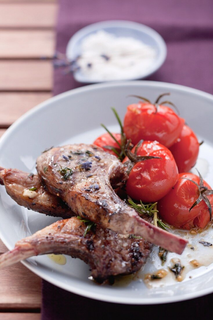 Grilled lamb chops with tomatoes