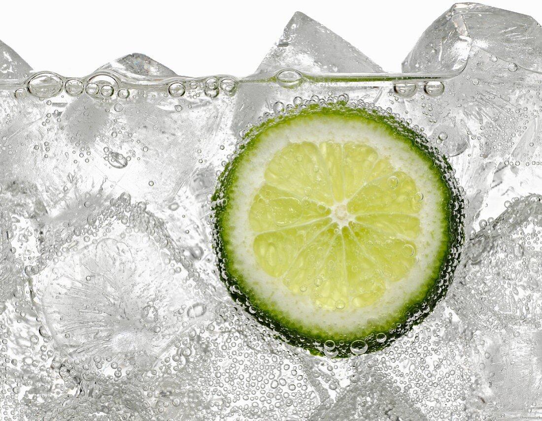 Mineralwasser mit Eiswürfeln & Limettenscheibe (Ausschnitt)