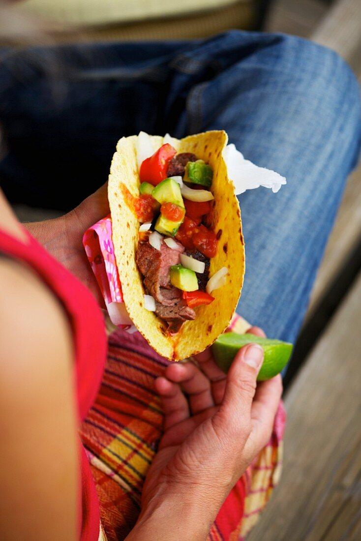 Tacos de carne asada (tacos with barbecued steak, Mexico)