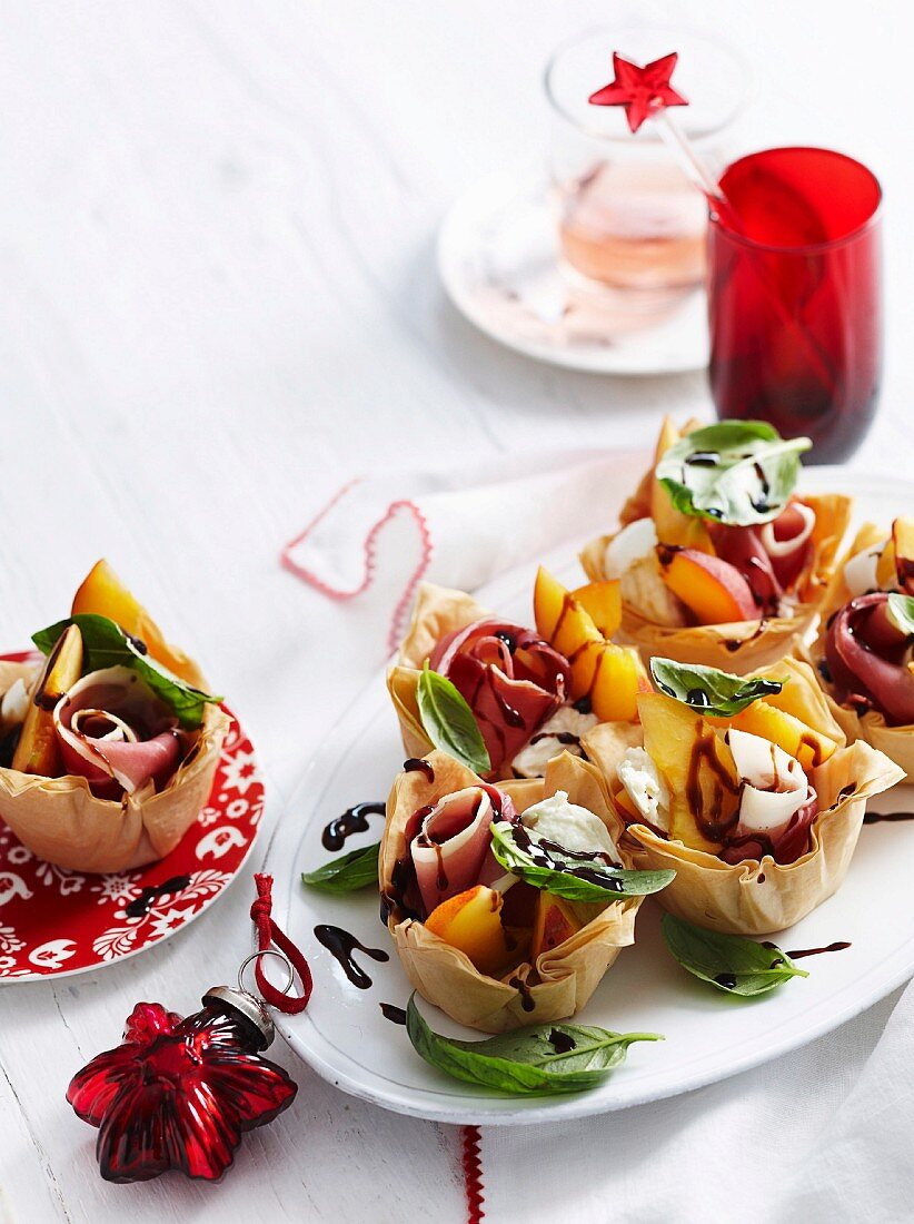 Puff pastry baskets filled with peaches, ham and mozzarella