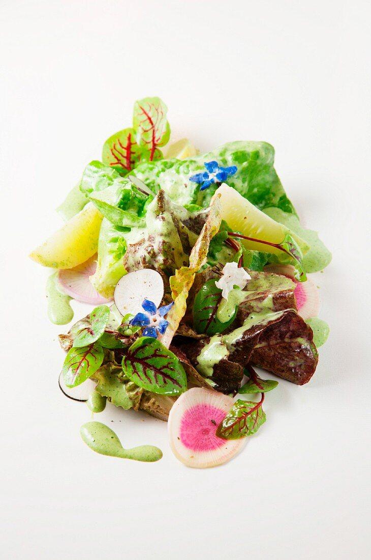 Gemischter Salat mit Gurke, Rettich und Essblüten