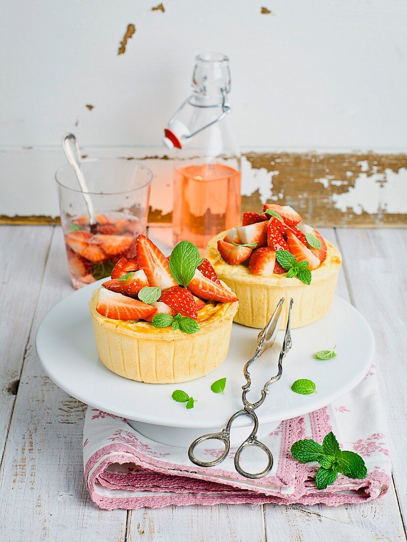 Mini cheesecakes with strawberries