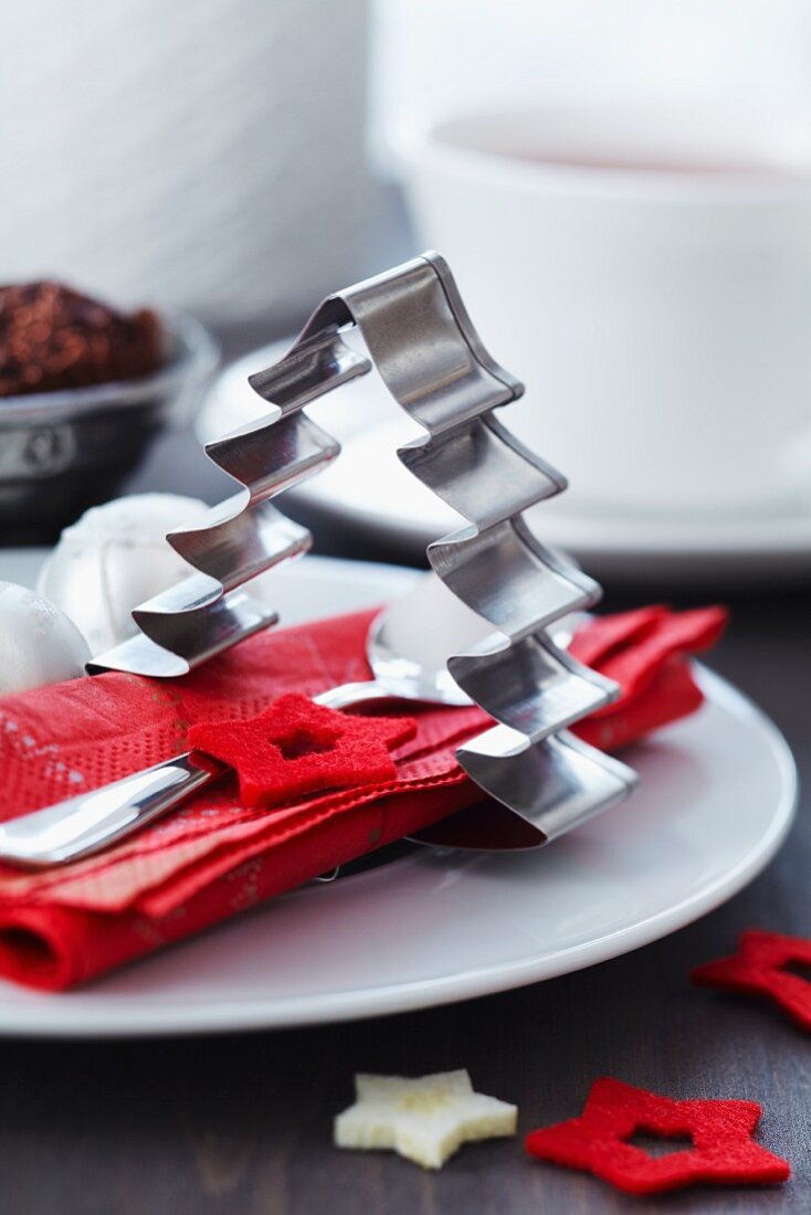 Christmas-tree-shaped pastry cutter used as napkin ring