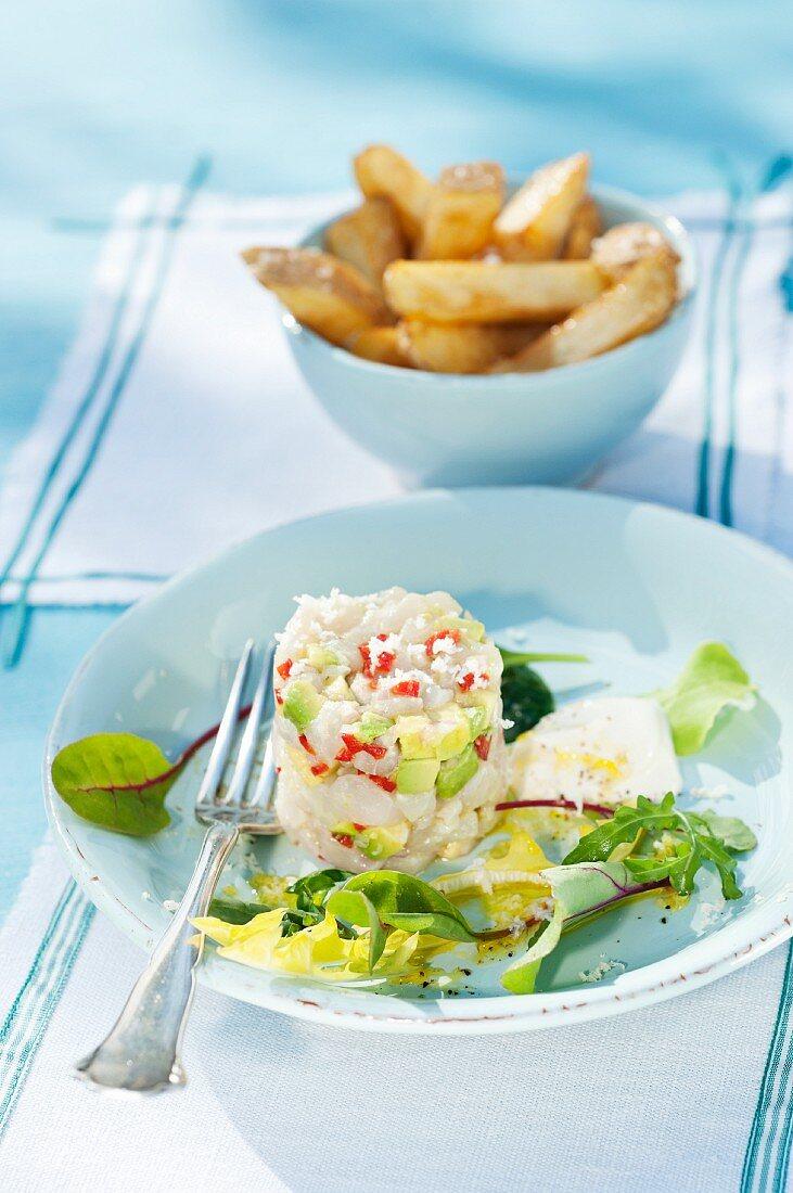 Cod tartar with avocado and chips (Scandinavia)